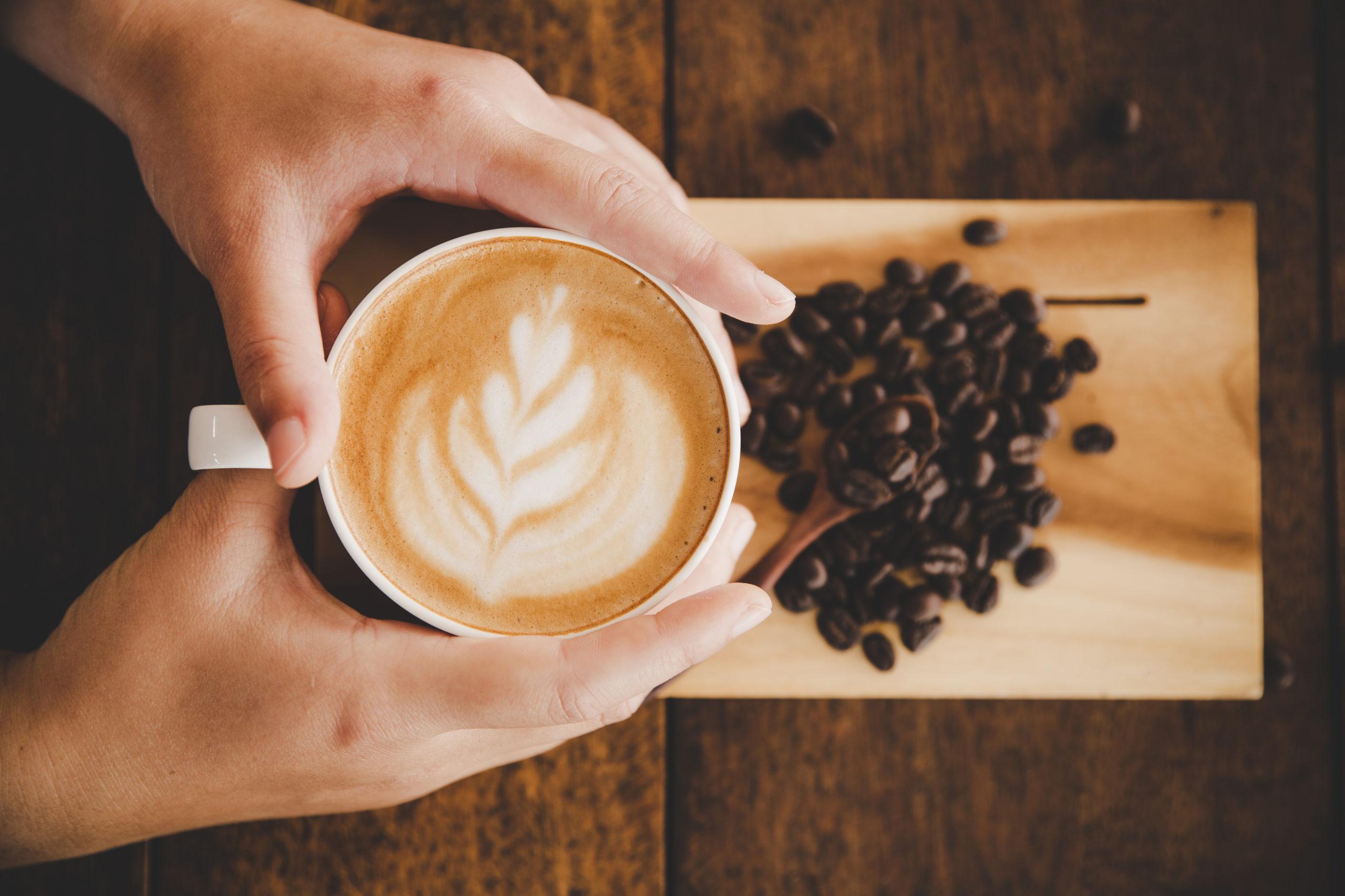 café y granos sobre tabla