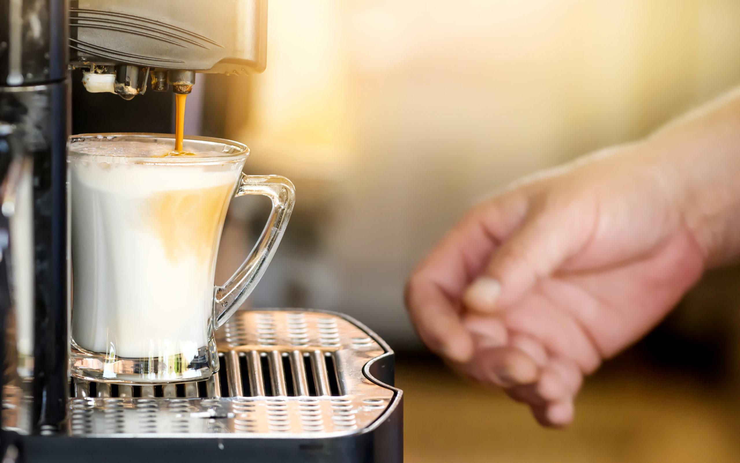 sirviendo un café