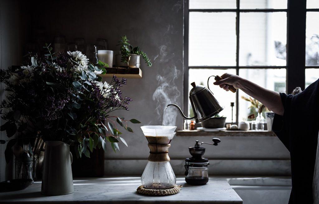 preparando café con una cafetera de filtro