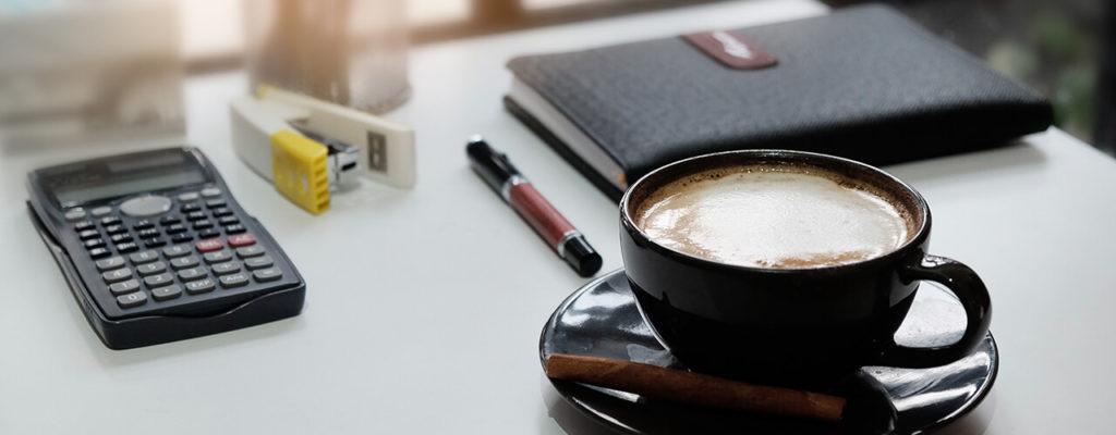 taza de café negra en escritorio